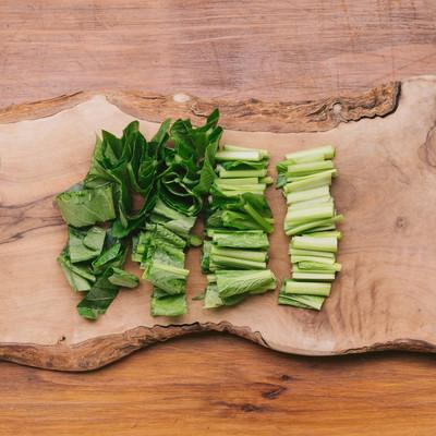 「小松菜をざく切り」の写真素材
