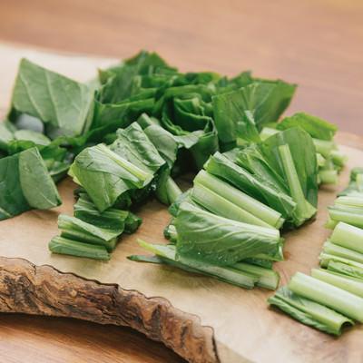 「採れたての小松菜をざく切りカット」の写真素材