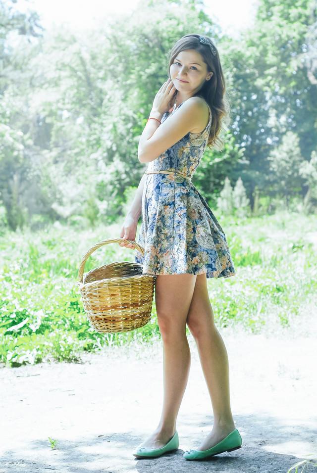 お花摘みにいってきます(ロシア人美女)の写真