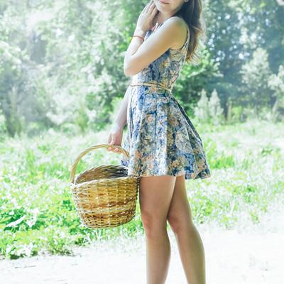 「お花摘みにいってきます(ロシア人美女)」の写真素材