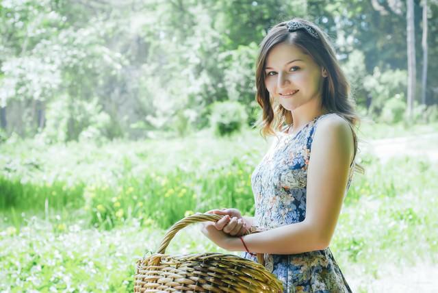 バスケットを持った微笑むロシア人女性の写真