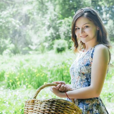 「バスケットを持った微笑むロシア人女性」の写真素材