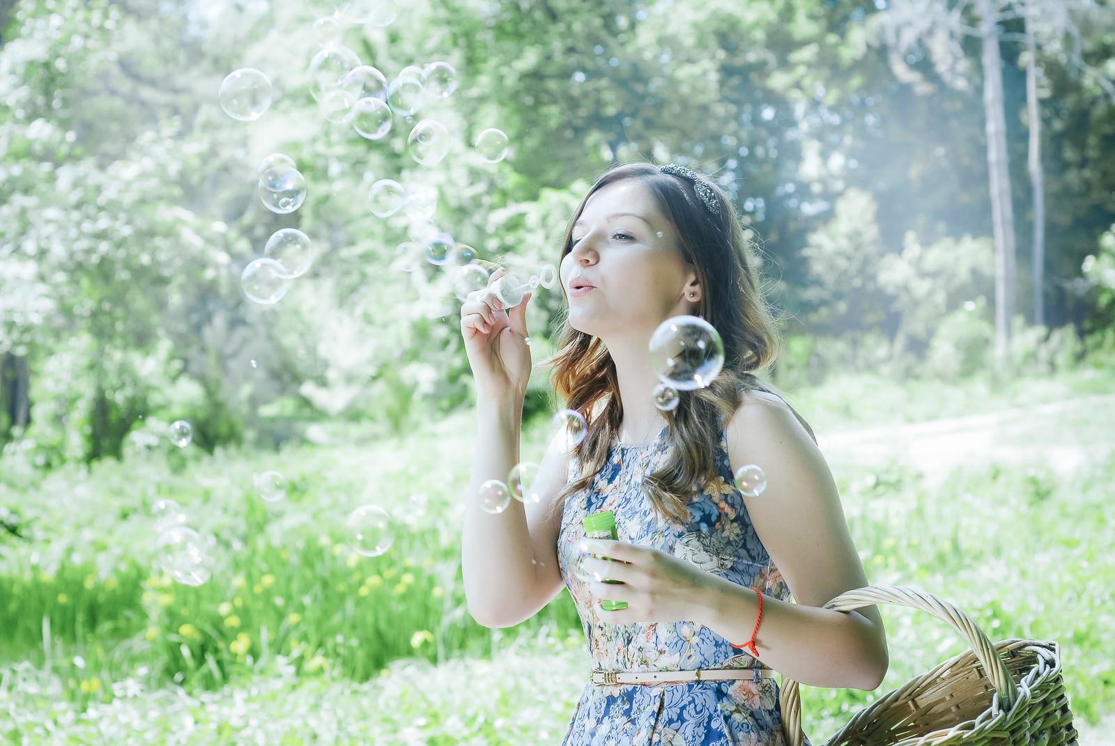 「シャボン玉を吹く美女」の写真[モデル:モデルファクトリー]