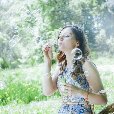 「シャボン玉を吹く美女」の写真素材