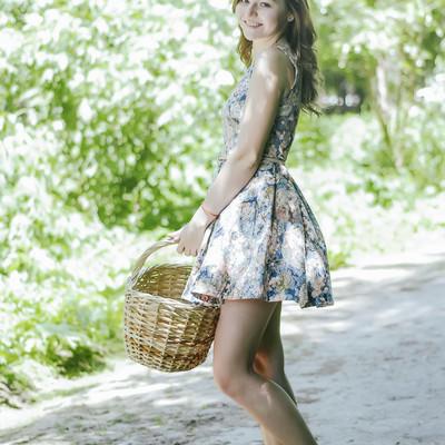 「バスケットを持ったロシア人美女」の写真素材