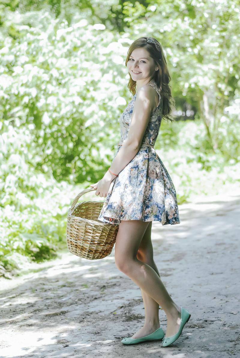 「バスケットを持ったロシア人美女   写真の無料素材・フリー素材 - ぱくたそ」の写真[モデル:モデルファクトリー]