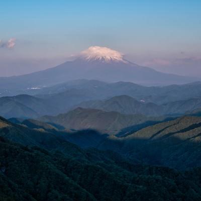 塔ノ岳から望む富士山の写真