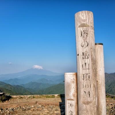 塔ノ岳山頂にある標識の写真