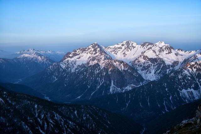静かに夜明けを迎える穂高連峰の写真