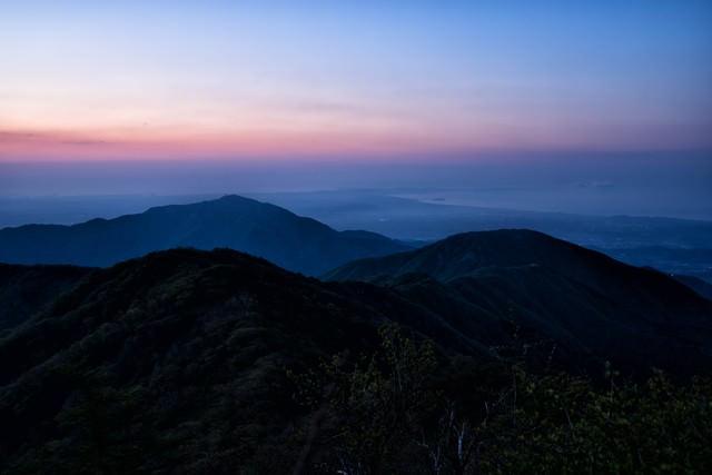 朝焼けの大山と表尾根の写真