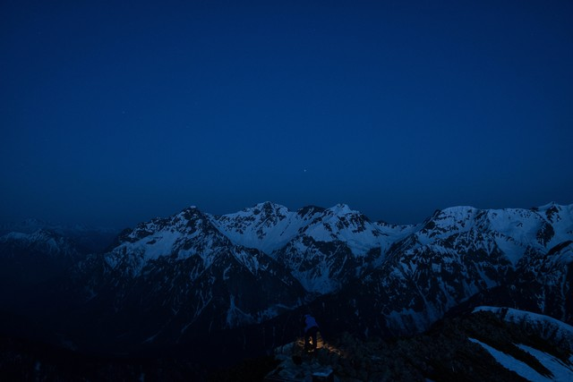 静まり返る夜明け前の穂高連峰の写真