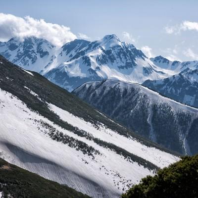常念山脈から望む沸き立つ雲と北穂高岳の写真