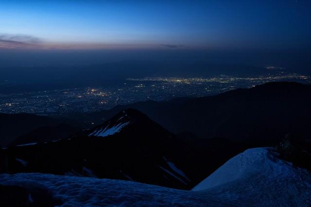 常念岳の眼下に望む松本市の夜景の写真