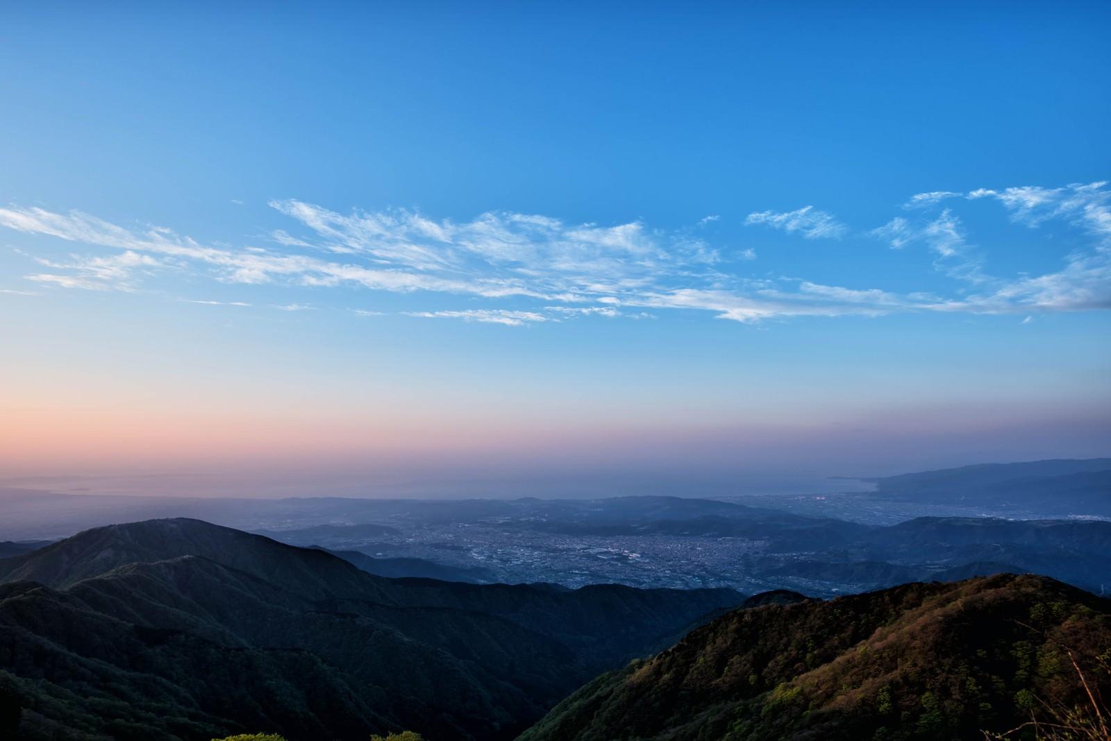 「朝焼けと霞がかる相模湾」の写真