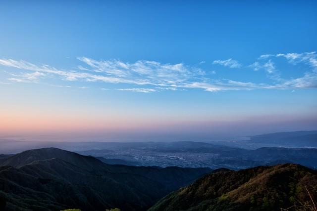 朝焼けと霞がかる相模湾の写真