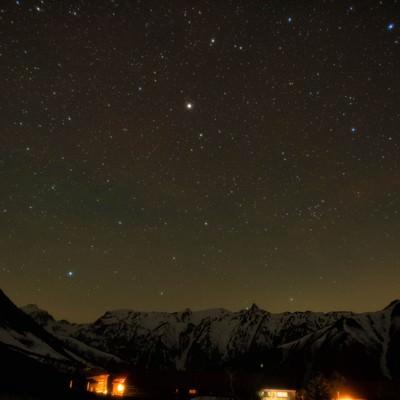 槍ヶ岳の山小屋から見える星空の写真