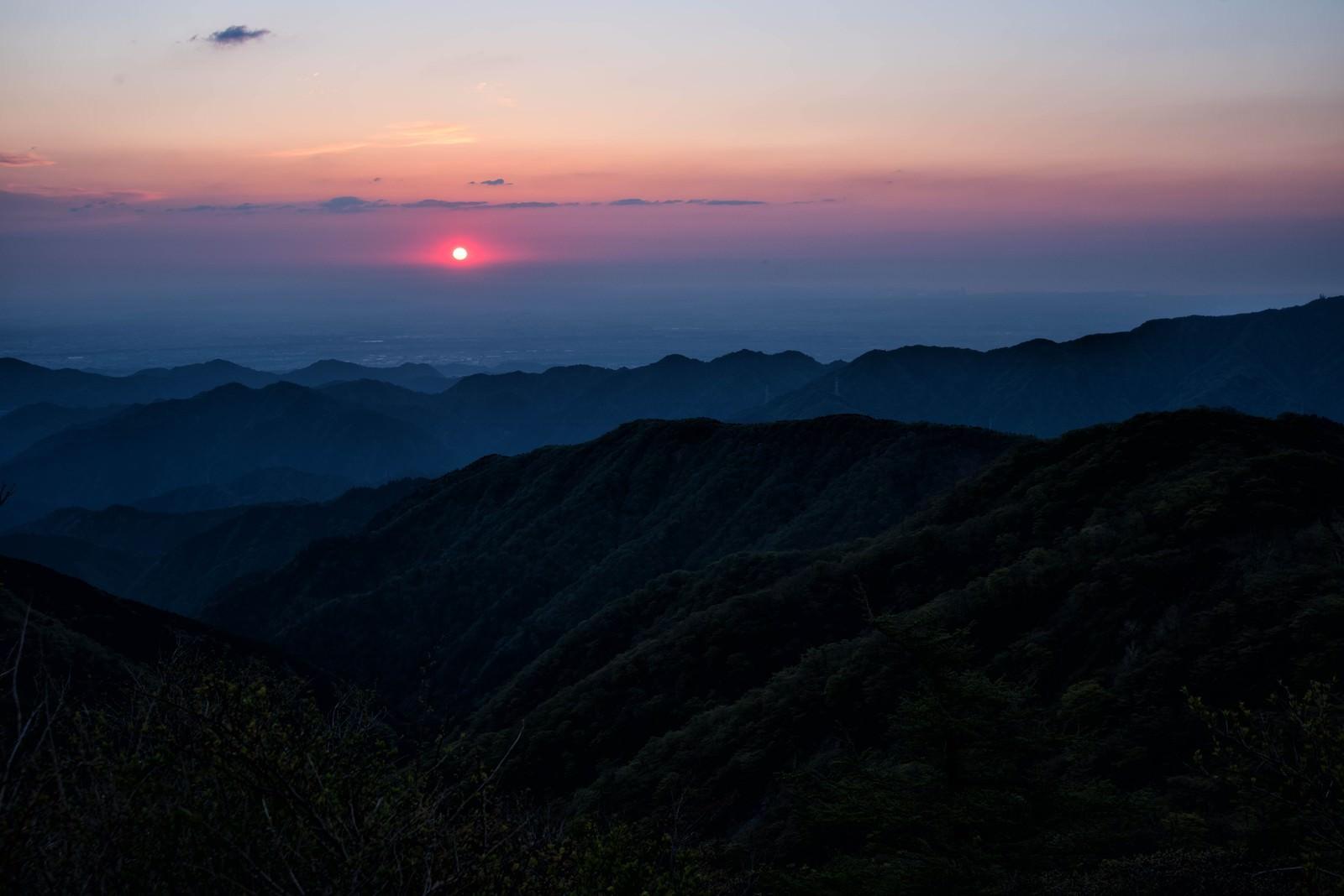 「朝焼けに染まる空と丹沢の朝日」の写真