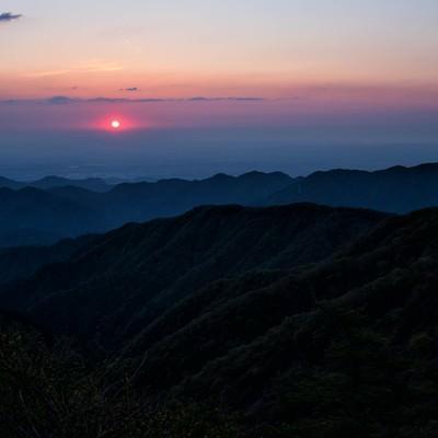 朝焼けに染まる空と丹沢の朝日の写真