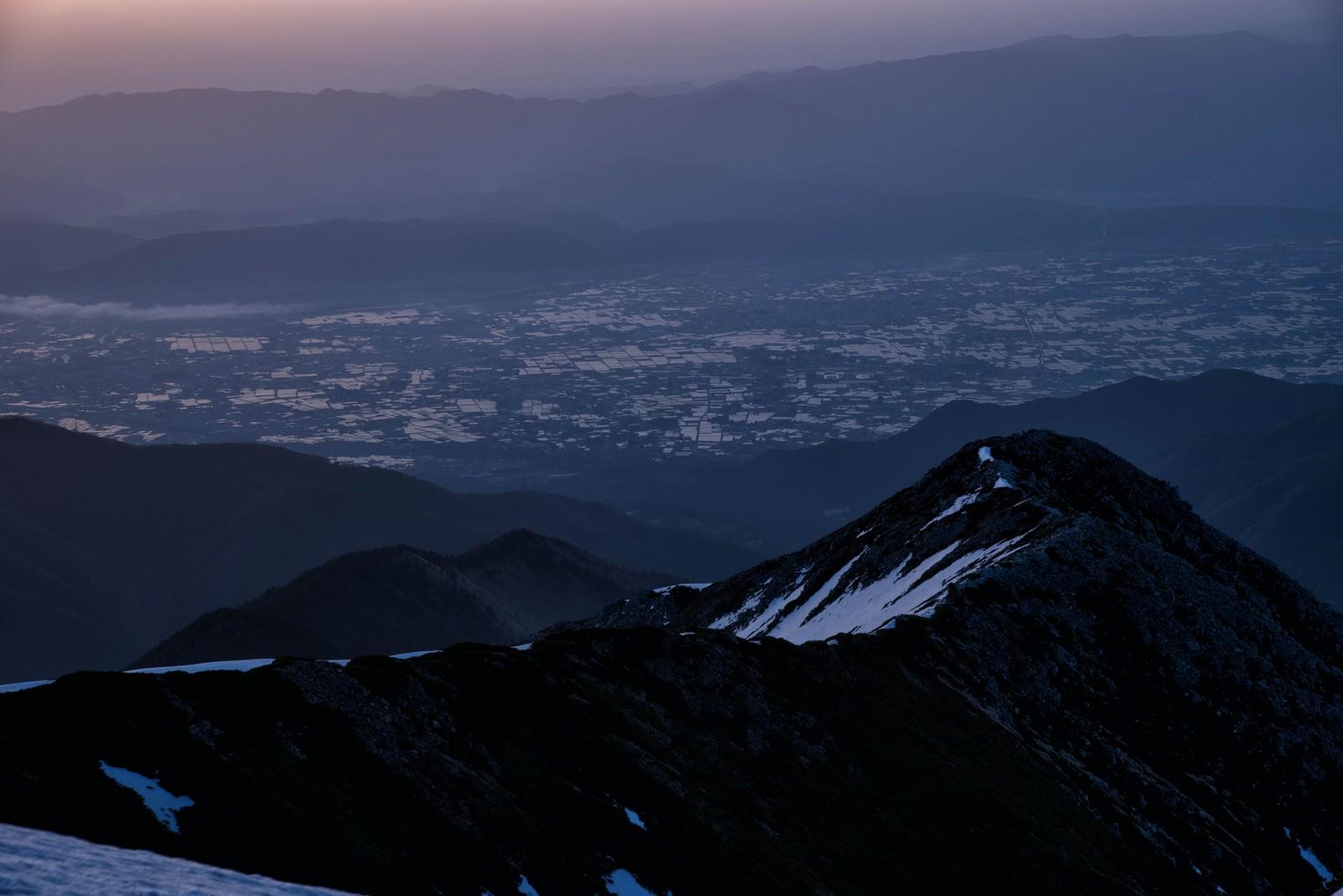 「朝焼けに染まる安曇野の田園風景」の写真
