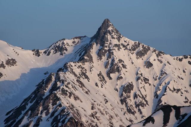 東鎌尾根の残雪と槍ヶ岳の写真