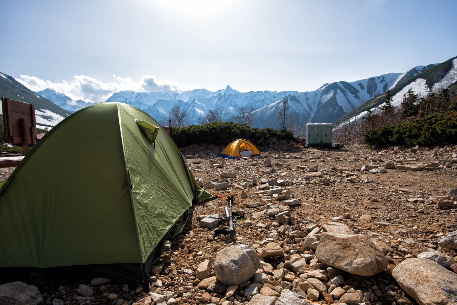 「常念乗越にあるテント場と槍ヶ岳」の写真