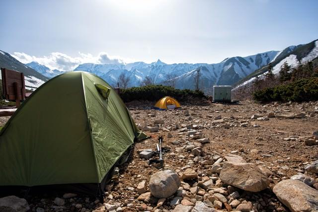 常念乗越にあるテント場と槍ヶ岳の写真