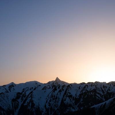 特徴的な槍ヶ岳の穂先と朝焼けの写真