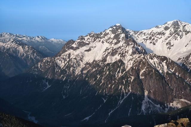 穂高岳の岩壁に残る雪の写真