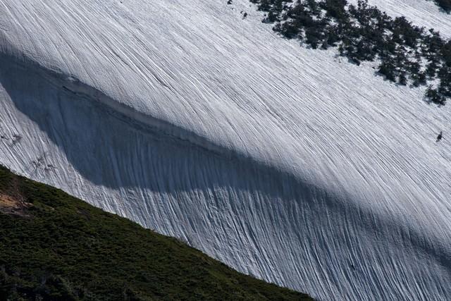 雪渓に刻まれる模様の写真