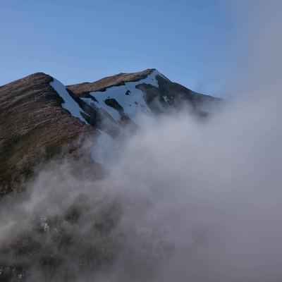 雲に覆われる横通岳の写真