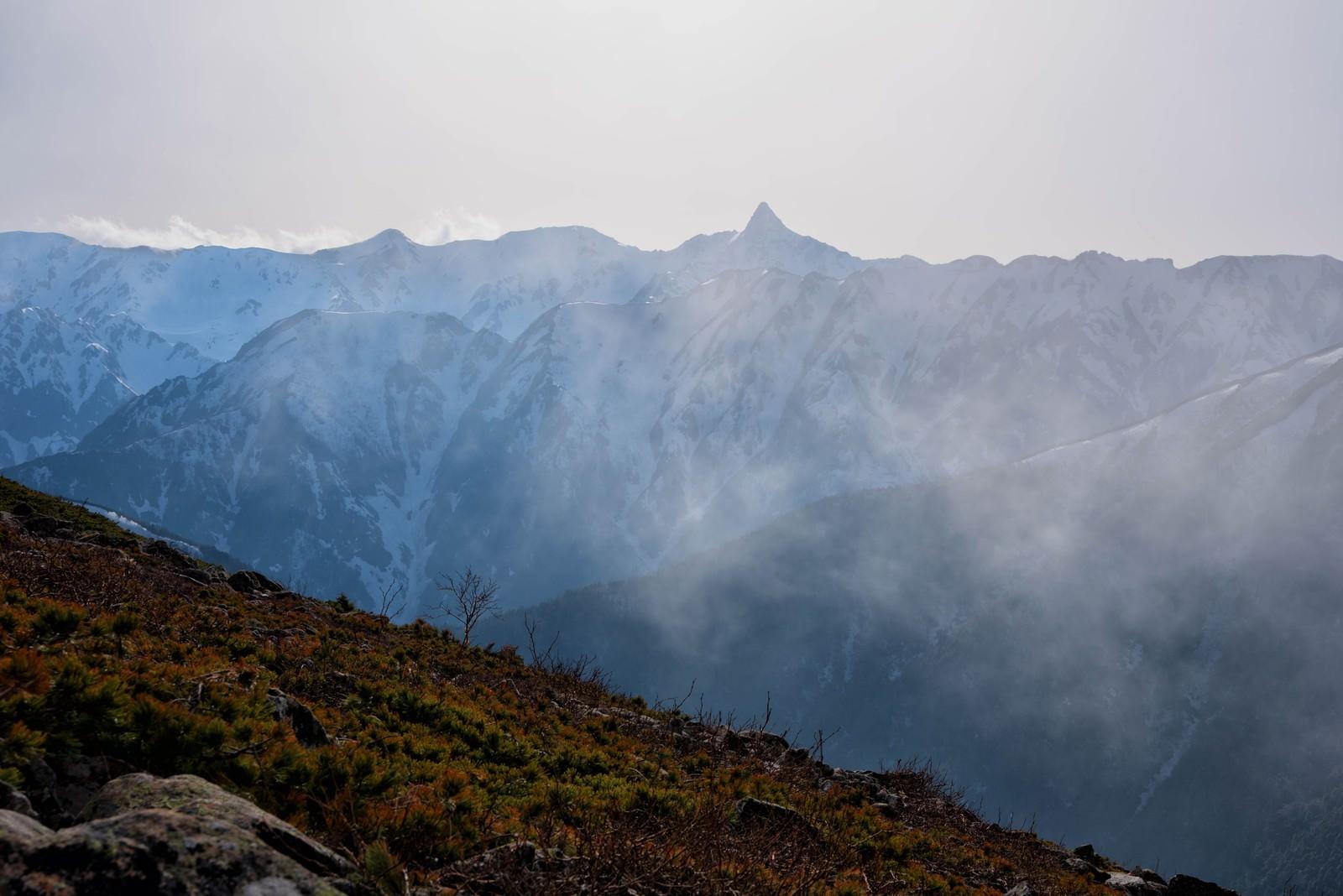 「雲の中から姿をあらわす槍ヶ岳」の写真