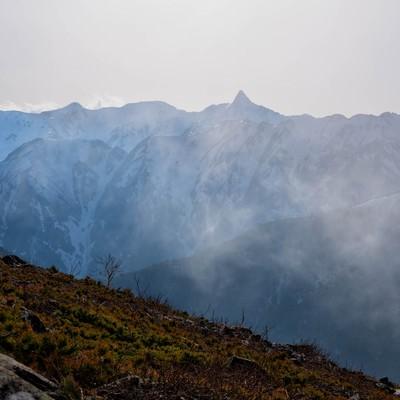 雲の中から姿をあらわす槍ヶ岳の写真