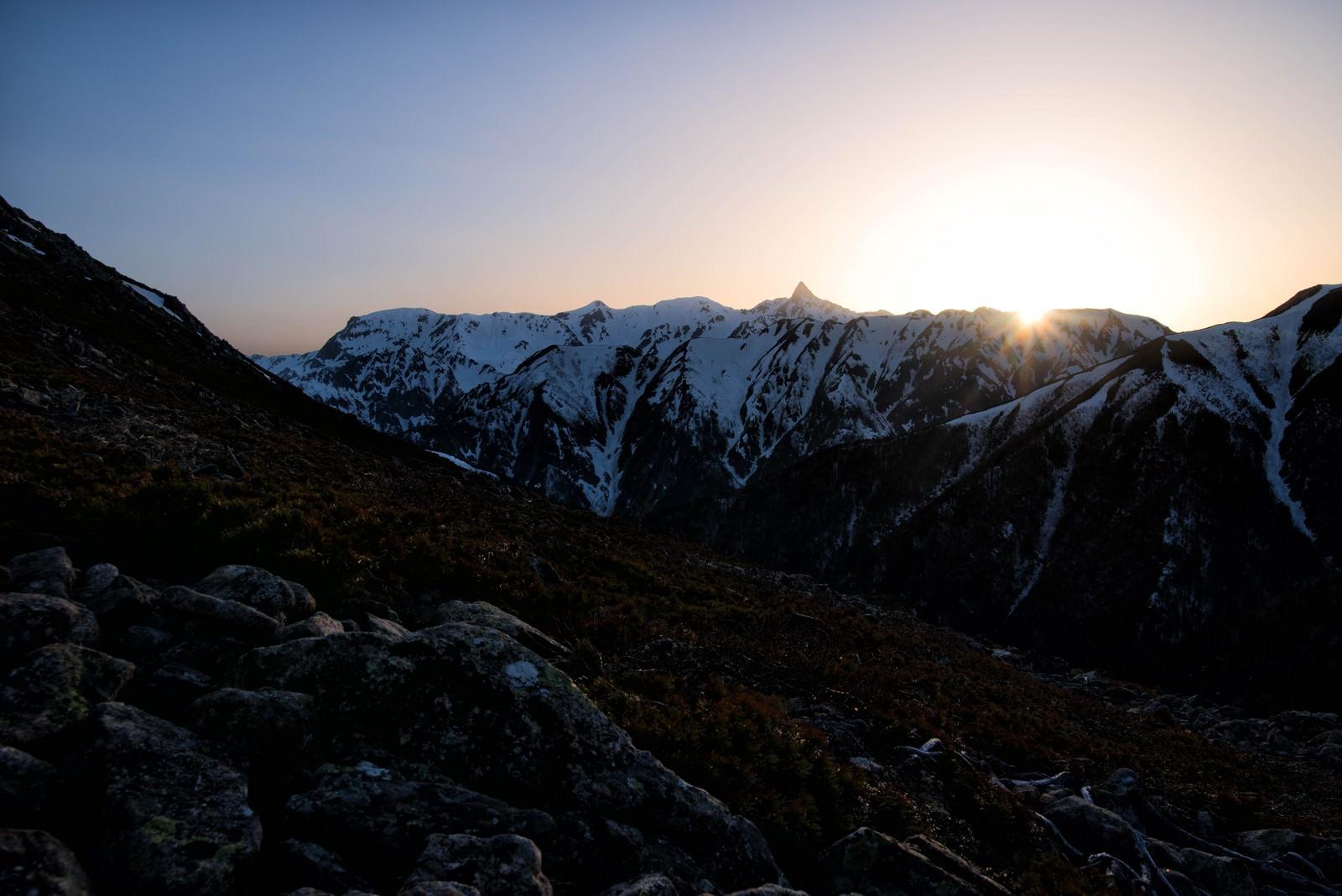 「飛騨山脈に沈み行く太陽」の写真