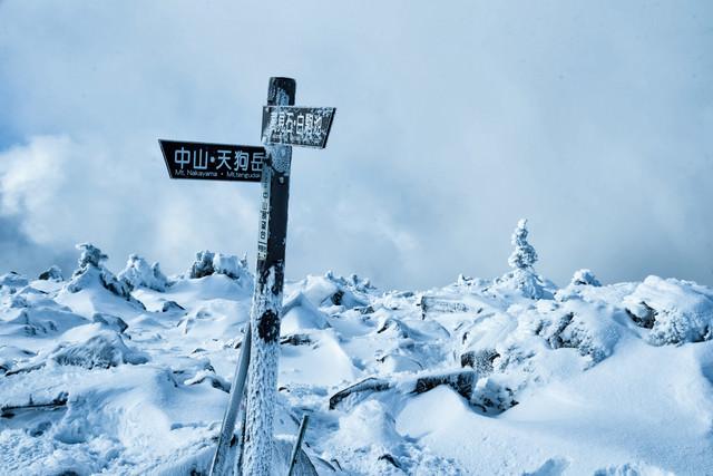 厳冬期の中山峠展望台にある指導標の写真