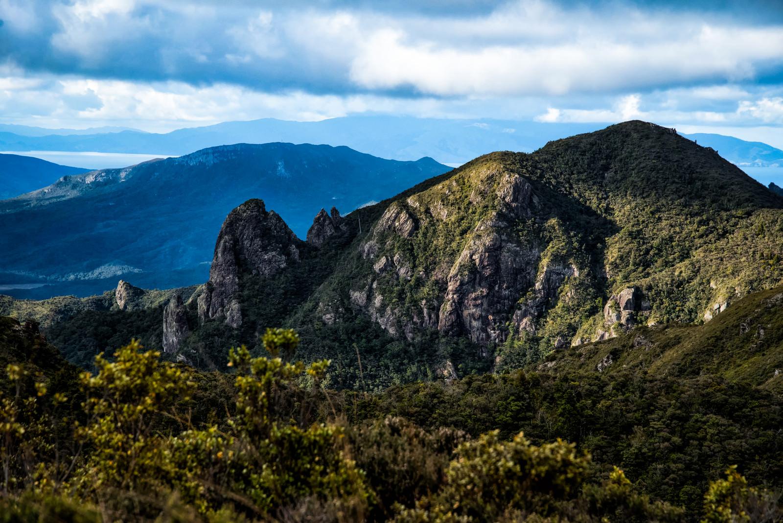 「ウィンディキャニオンの剥き出しの岩壁(ニュージーランド)」の写真