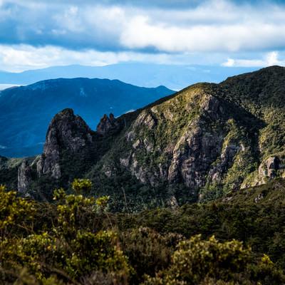 ウィンディキャニオンの剥き出しの岩壁(ニュージーランド)の写真