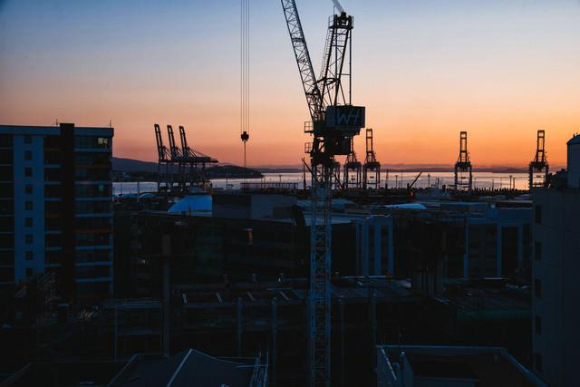 オークランドの朝焼けと港のクレーン(ニュージーランド)の写真