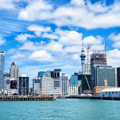 オークランド港とビル群(ニュージーランド)の写真
