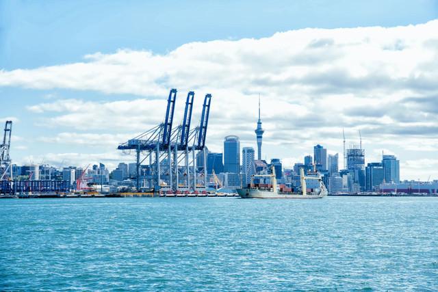 オークランドのコンテナターミナルと貨物船(ニュージーランド)の写真