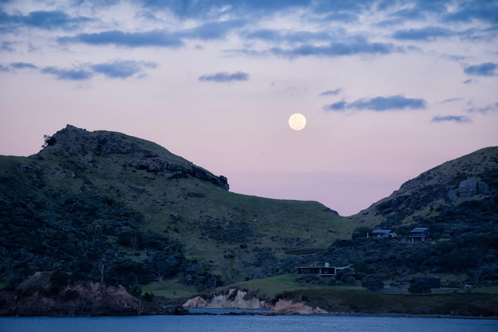 「グレートバリア島の海岸から見る満月(ニュージーランド)」の写真