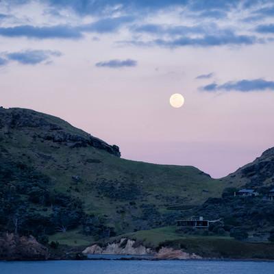 グレートバリア島の海岸から見る満月(ニュージーランド)の写真