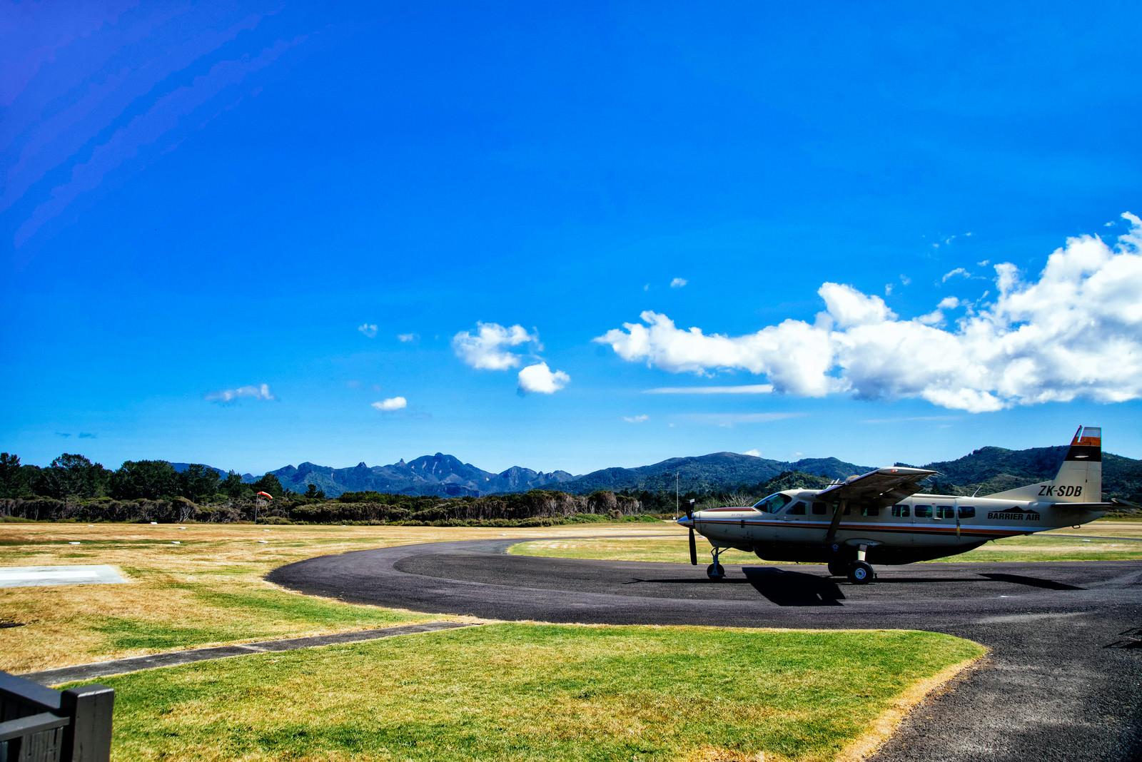 「グレートバリア島の空港に停まる小型飛行機(ニュージーランド)」の写真