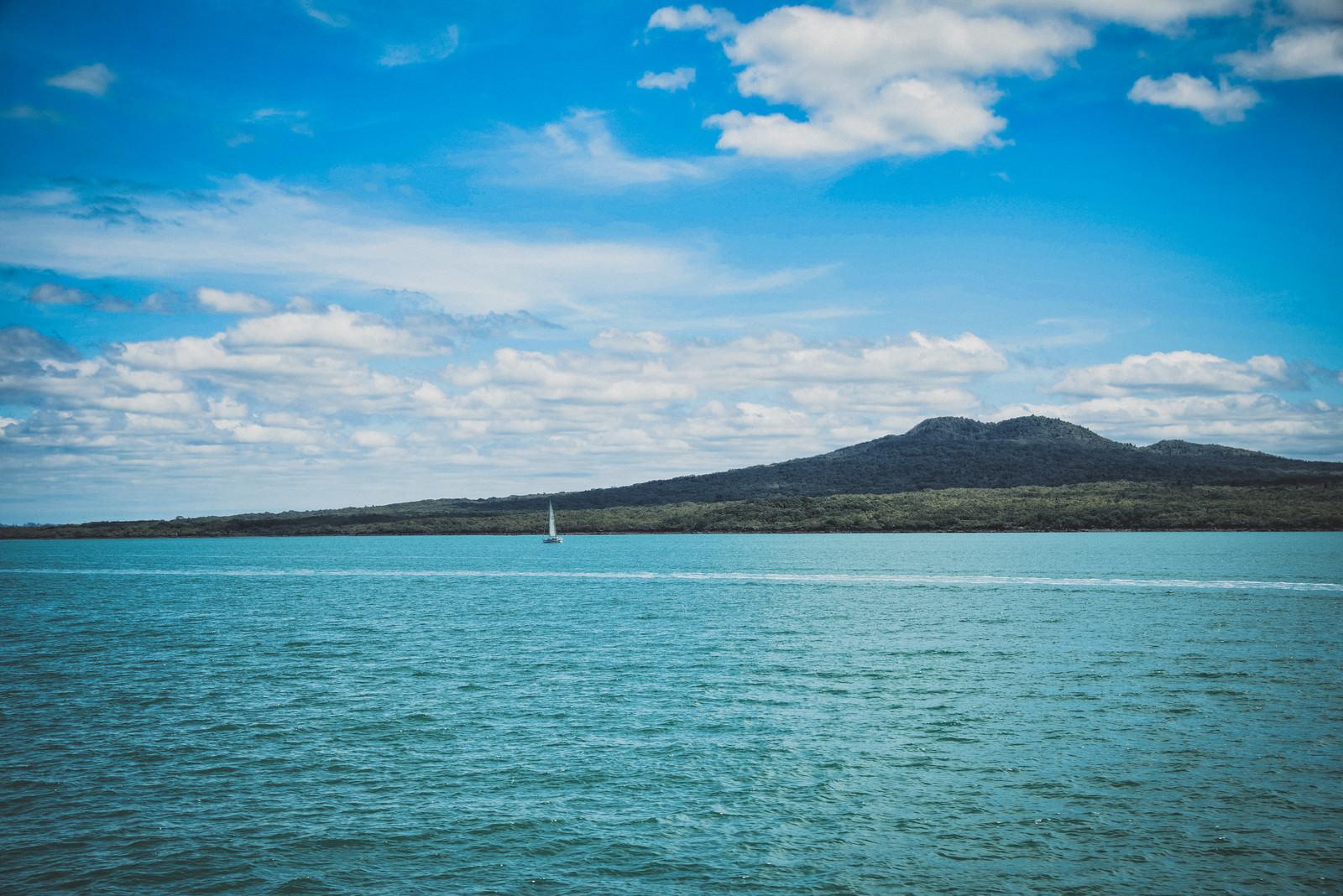 「ハウラキ湾に浮かぶヨットと島(ニュージーランド)」の写真
