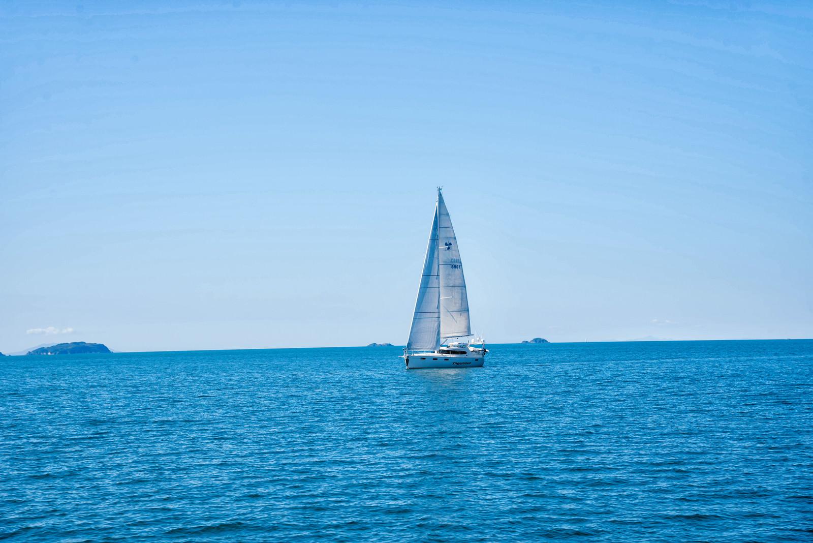 「帆を立ててハウラキ湾を進むヨット(ニュージーランド) | 写真の無料素材・フリー素材 - ぱくたそ」の写真