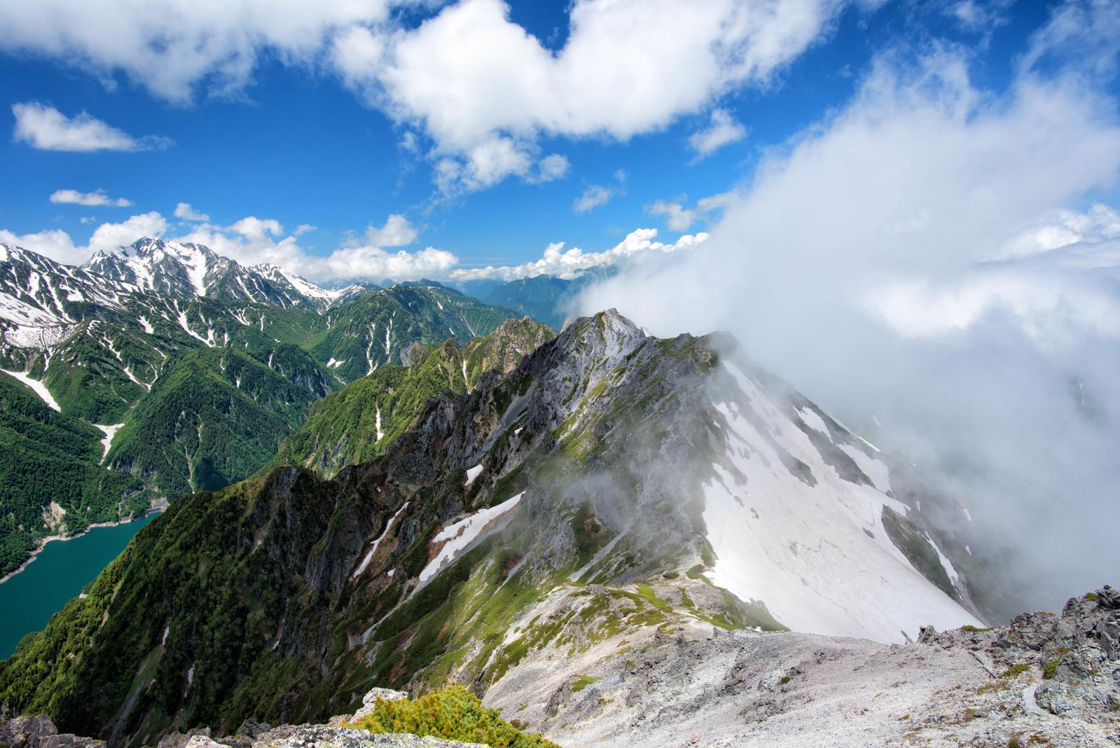 「スバリ岳を駆け上がる雲と剱岳(飛騨山脈)」の写真