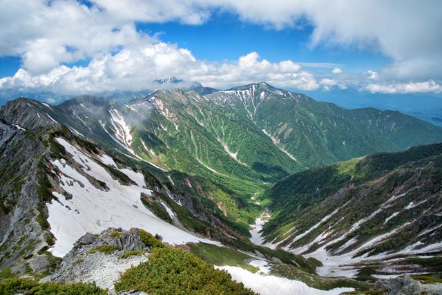 針ノ木岳から眺める大雪渓と新緑の爺ヶ岳(飛騨山脈)の写真