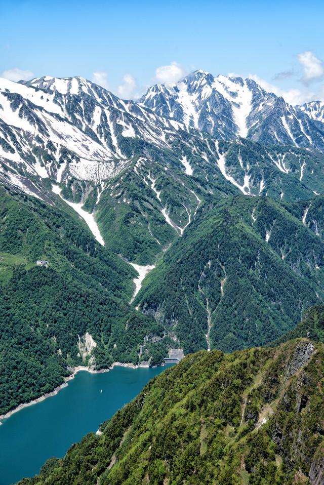 新緑期の黒部ダムと剱岳の写真