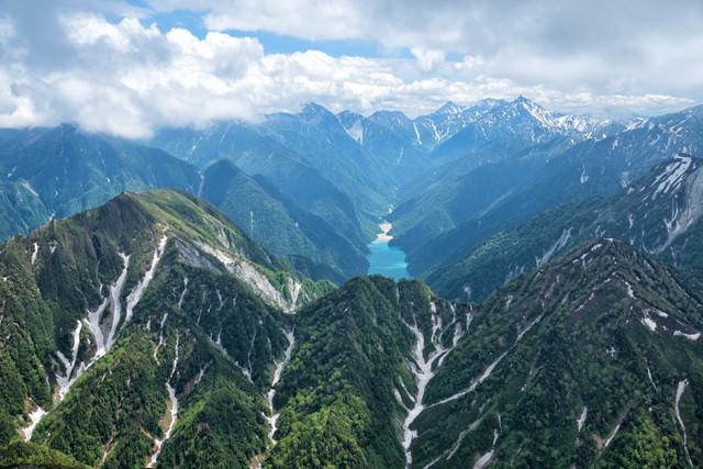 大自然が残る新緑期の北アルプス深部の写真