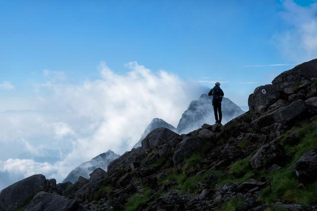 前穂高岳の岩場と登山者(北アルプス)の写真
