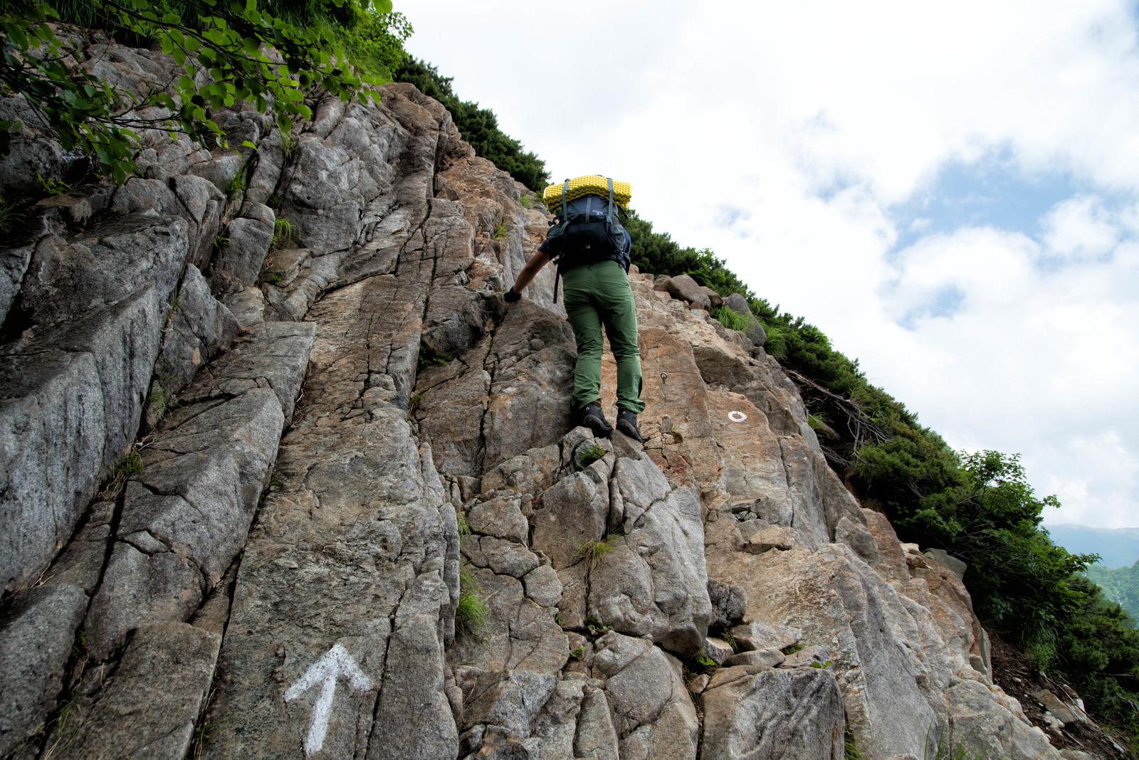 「険しい北穂高南陵の岩場に挑む登山者」の写真